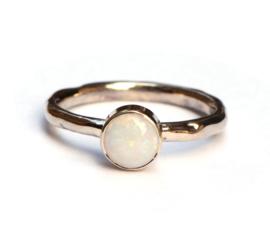 Ring aangepast met een opaal