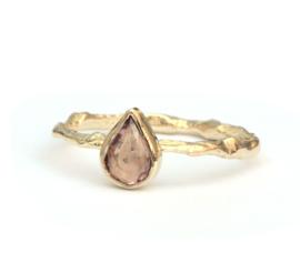 Ring met roze druppelvormige saffier