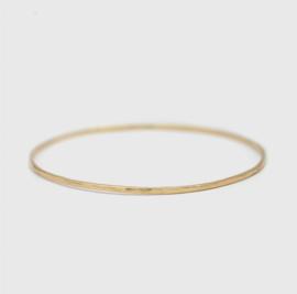 Gehamerde geelgouden armband 1,8 mm breed
