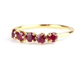 Ring met vijf robijnen