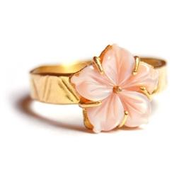 Gouden ring met roze bloem