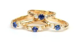 Vier herdenkingsringen met blauwe saffier en diamant