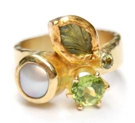 Groene ring met tourmalijn en peridoot en parel