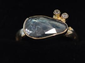 Ring met blauwgrijze saffier en diamant