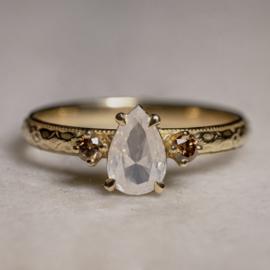 Ring met peervormige opaaldiamant
