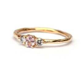 Ring met roze saffier en grijze diamanten