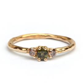Ring met groene saffier en choco diamanten