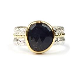 Ring met roos geslepen donkerblauwe saffier