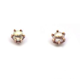 Schattige oorstekers met zalmroze parels in roodgoud