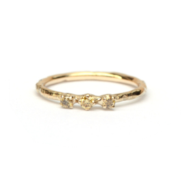 Delicate ring met drie olive green diamantjes