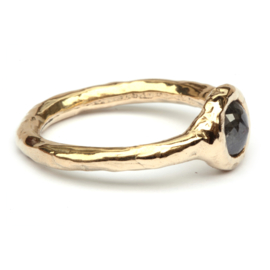 Robuuste ring met donkere diamant