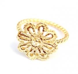 Ring met gouden kanten bloem
