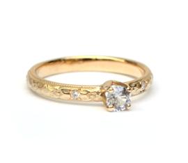 Ring met witte saffier en diamant