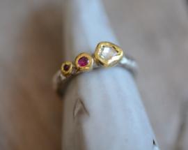Trouwring met robijn en diamant