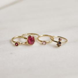 Ring met roze ovale saffier