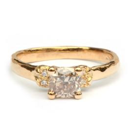 Oda ring met grote champagne diamant