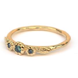 Ring met drie groene diamanten in bloemzetting