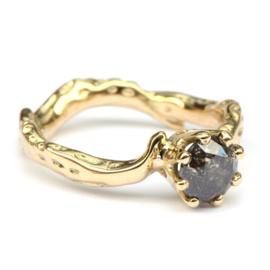 Koraalring met donkere diamant