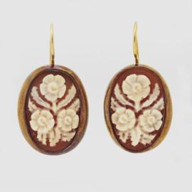 Gouden oorsieraden met bloemcamees