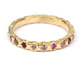 Alliancering met roze en paarse edelstenen
