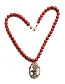 Rood koraal met hert collier