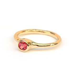 Ring met vurige spinel