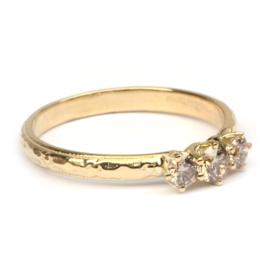Romantische ring met drie pinkish brown diamanten