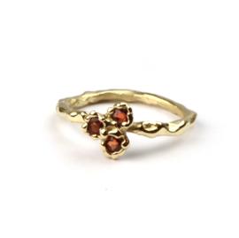 Ring met drie oranje saffieren