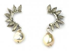 Zilveren oorhangers met blaadjes en parels