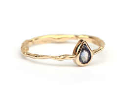 Delicate ring met blauwgrijze druppelsaffier
