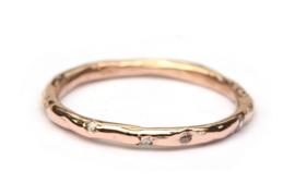 Ring van roodgoud met diamantjes in confettizetting