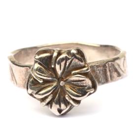 Ring met zilveren hibiscus