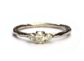 Ring met drie antieke diamanten