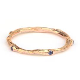 Fijne gedraaide twiggy ring met saffieren
