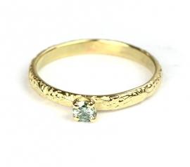 Smalle bloemenring met mintgroene diamant