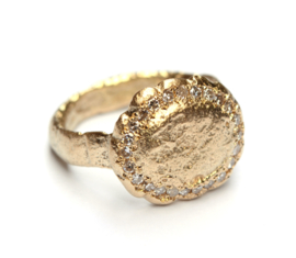 Van oud goud gegoten ring
