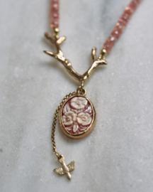 Collier van roze saffier met bloemcamee