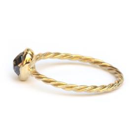 Gedraaide ring met salt & pepper diamant