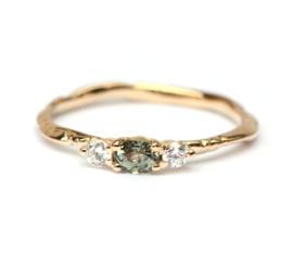 Ring met ovale groene saffier en diamanten