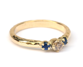Trouwring met bruine diamant en donkerblauwe saffier