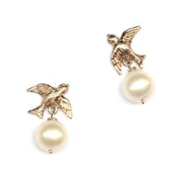 Zwaluw oorsieraden van witgoud met parels