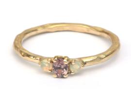 Ring met roze saffier en opaaltjes