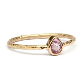 Ring met roze druppelsaffier