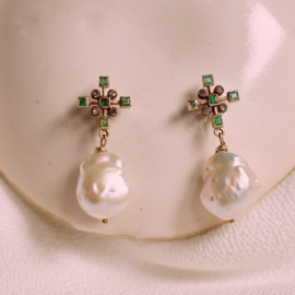Earrings with emerald, diamond and pearls