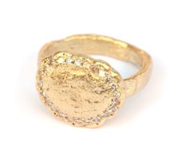 Gouden gietring met eigen diamanten