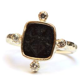 Ring met zegelsteen en diamanten