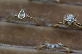 Fijne ring met ice white druppeldiamant
