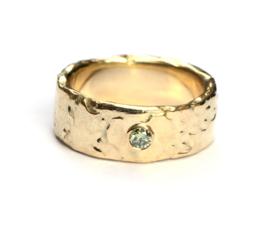 Brede structuurring met groene diamant