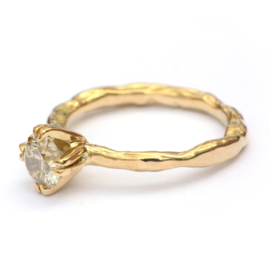 Grillige ring met grote fancy diamant