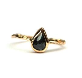 Sierlijke takjesring met blauwe diamant